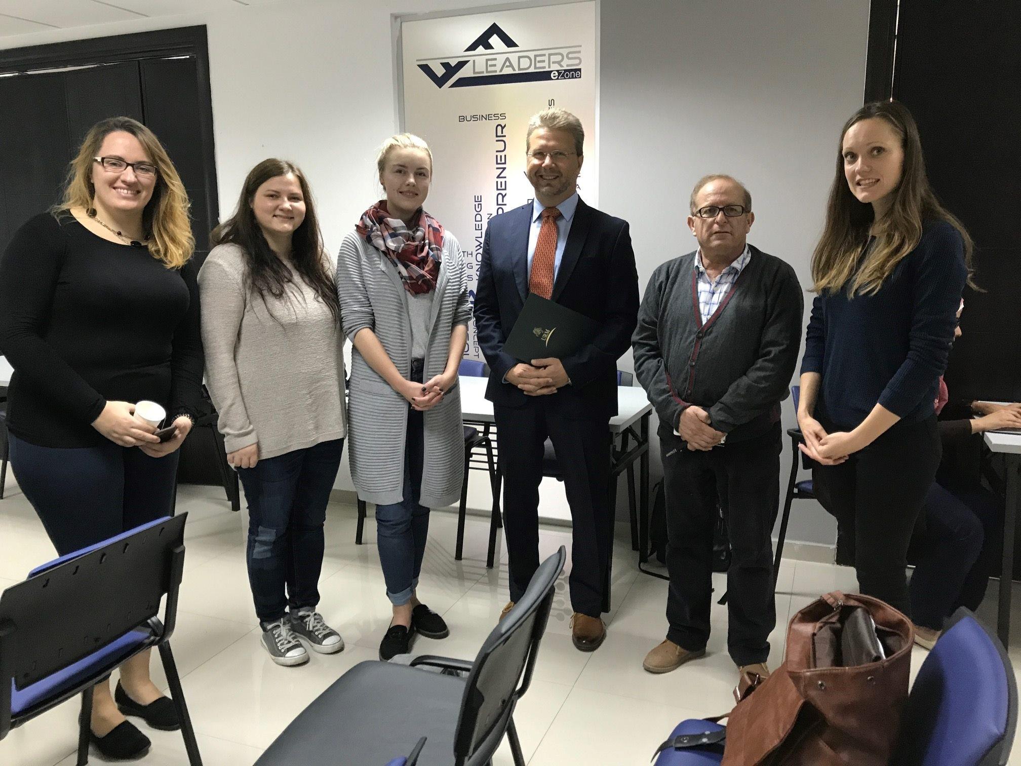 Palestinos moteris skaitmeninių įgūdžių mokė lietuvės