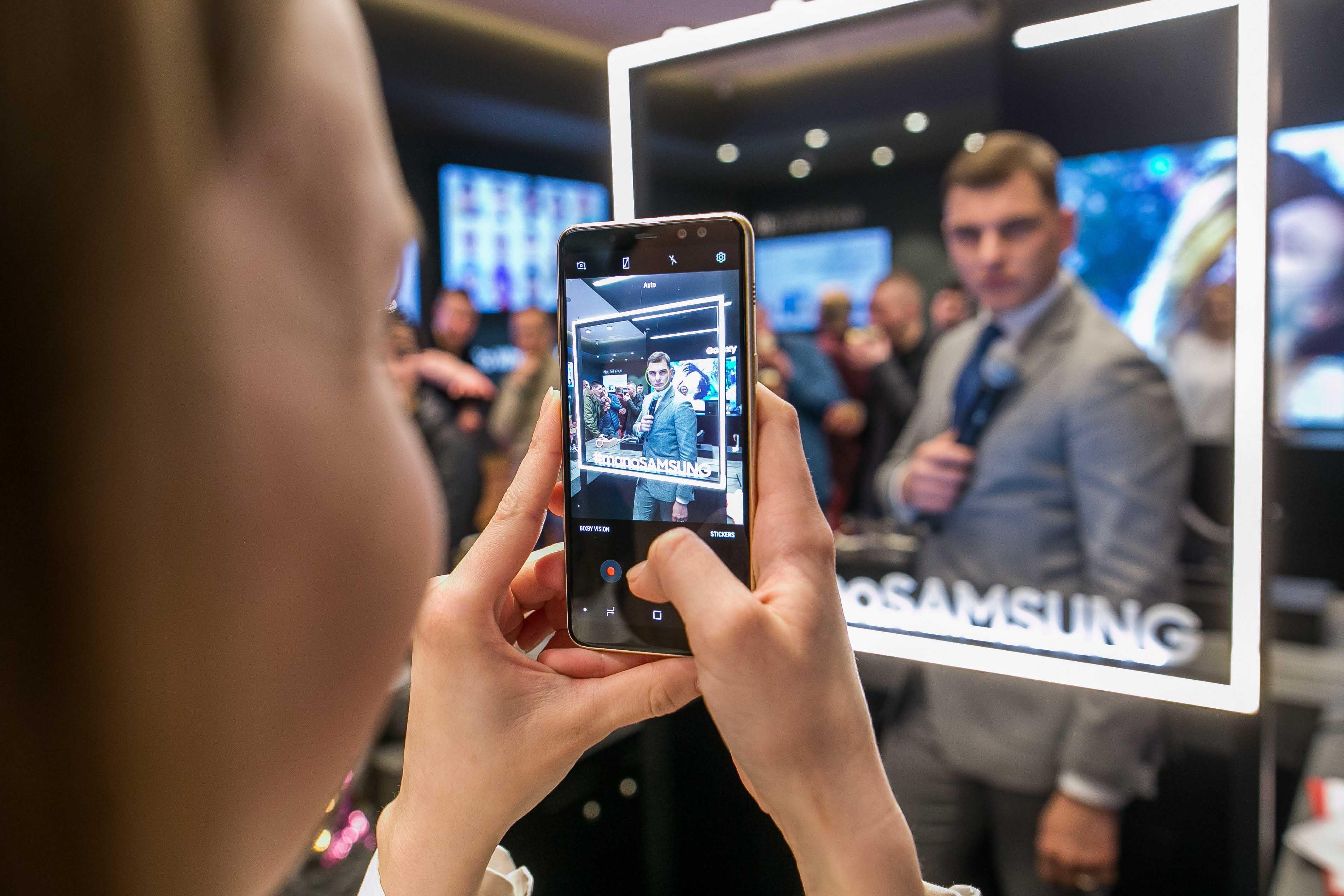 """Naujos """"Samsung"""" parduotuvės atidaryme V. Šaulytės pamokos, kaip pasidaryti tobulą nuotrauką"""