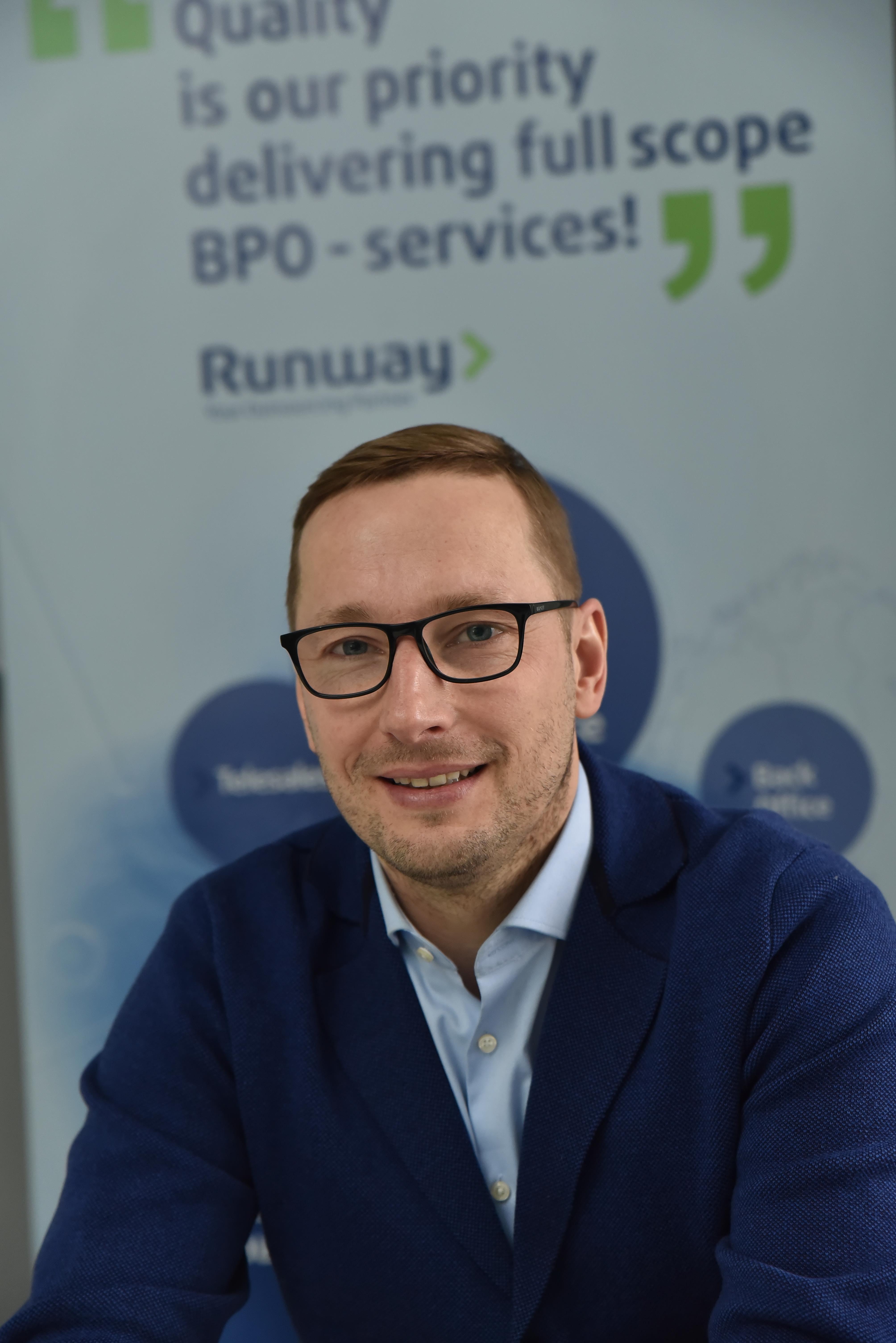 """Užsakomųjų verslo paslaugų bendrovė """"Webhelp"""" įsigijo klientų patirties valdymo įmonę """"Runway BPO"""""""