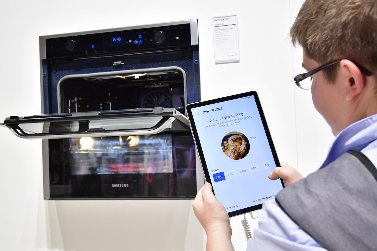 """""""Samsung"""" pristatė išmanią orkaitę su dvigubomis durelėmis"""