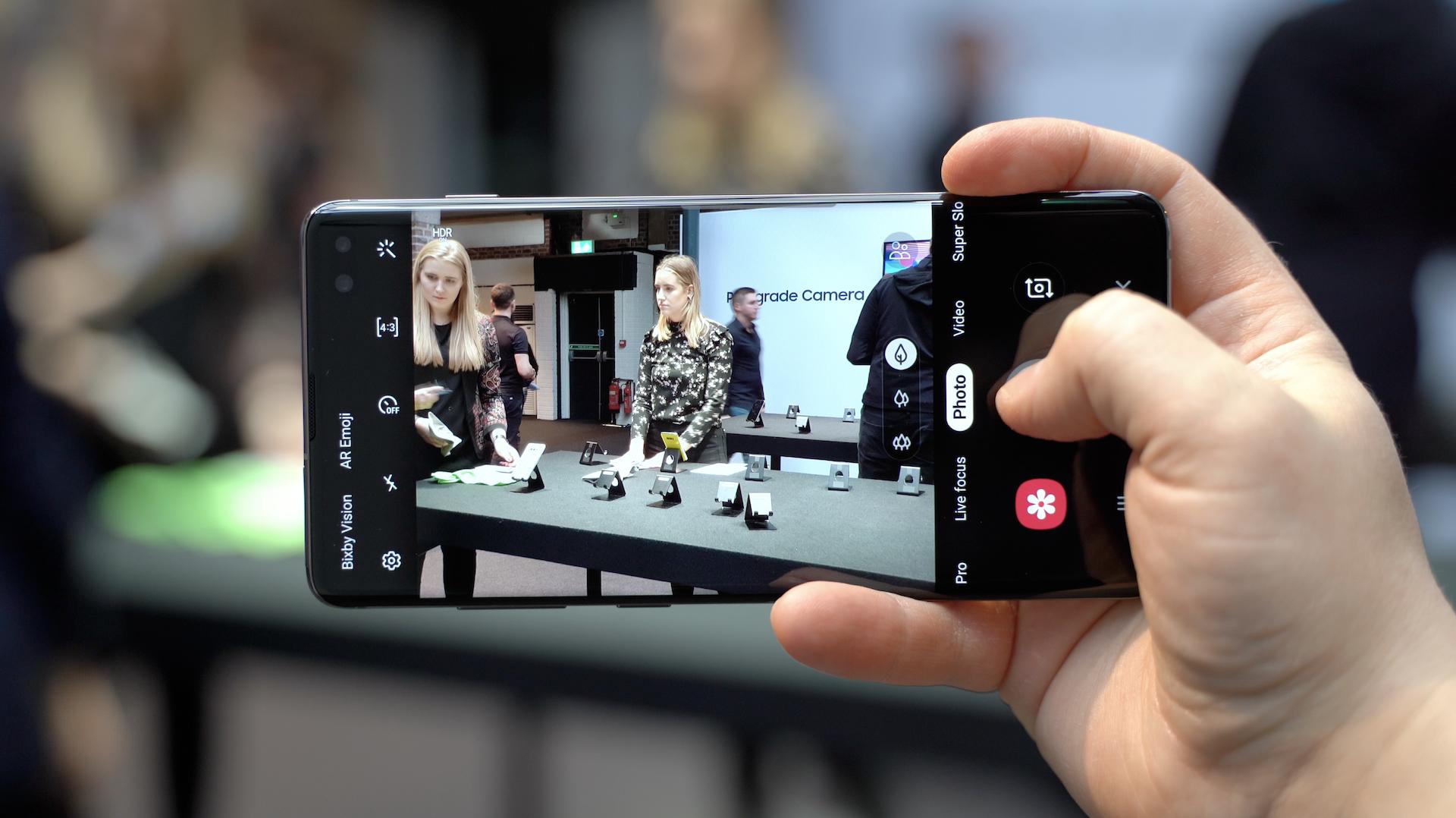 """Pirmas žvilgsnis į naujausią """"Samsung"""" flagmaną: kokios savybės suvilios vartotojus?"""