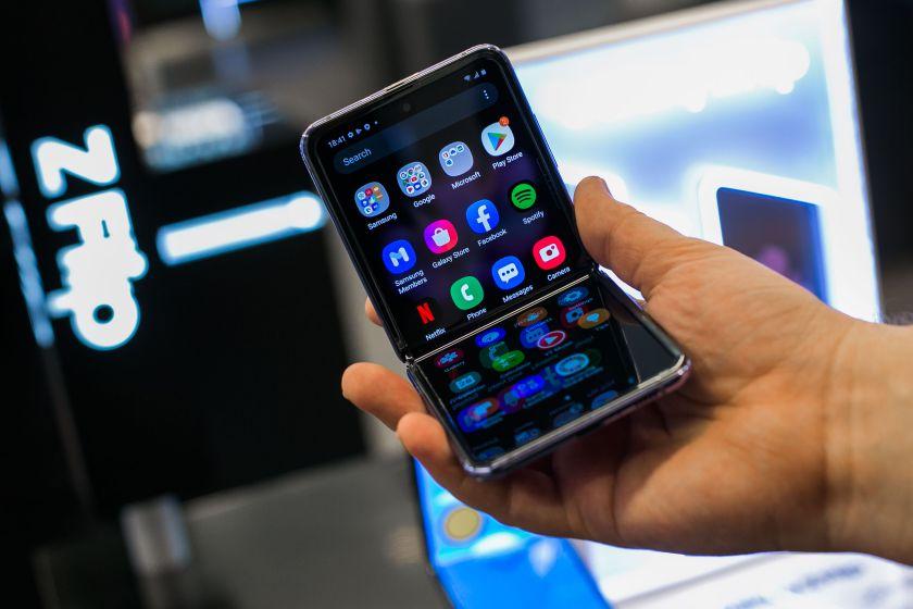 """Sulenkiamas """"Galaxy Z Flip"""" – ką jis turi tokio, ko neturi tradiciniai išmanieji?"""